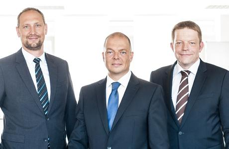 """Der Vorstand der NanoFocus AG: """"Wir sehen die Aufnahme der Breitmeier-Technologie in das NanoFocus-Produktspektrum als großen Vorteil für unsere Kunden und Geschäftspartner.""""  Marcus Grigat (Vorstand Operations NanoFocus AG), Joachim Sorg (Vorstand Finanzen NanoFocus AG) und Jürgen Valentin (Vorstand Technologie NanoFocus AG); v.l.n.r."""