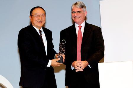 """Liu Chuanzhi, Chairman of the Board of Directors der Lenovo Group sowie Chairman und President der Legend Holdings Limited, ist gestern Abend auf dem World Entrepreneurship Forum in Lyon (Frankreich) mit dem Entrepreneur for the World Award in der Kategorie """"Entrepreneur"""" ausgezeichnet worden"""