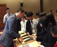 Begeistert zeigten sich die jugendlichen Besucher der JEC Asia von den Möglichkeiten der Faserverbundwerkstoffe, die ihnen von Dr. Tjark von Reden (links), Abteilungsgeschäftsführer MAI Carbon, nahegebracht wurden