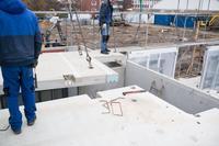 Die Massivbauprodukte haben einen hohen Vorfertigungsgrad. Installationen für elektrische Anlagen, Wasser, Heizung und Lüftung sind ab Werk integriert.