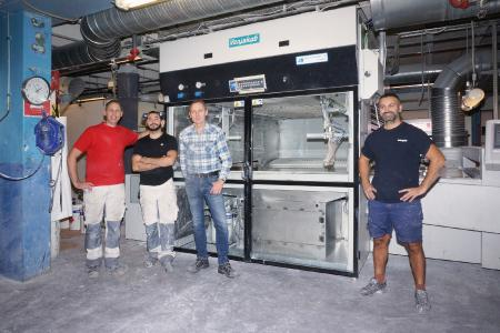 The Ballingslöv team in front of the Ven Spray Comfort spray coating machine - The third spray coating machine from Venjakob has been in operation at Kök Ballings-löv since May 2019. From left to right: Daniel Petersén (system operator), Mergim Curri (system operator), Ulf Moberg (project manager), Faton Arugaj (system operator) / Photo: Copyright Venjakob