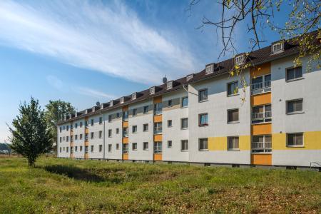 Den gelben Studentenwohnblock prägen lange, horizontale Bänder auf unterschiedlichen Höhen in Orange, sonnigem Gelb und Beigebraun. Sie verleihen dem Gebäude eine besondere Note und verdeutlichen, dass sich der imposante Baukörper eigentlich aus drei Häusern zusammensetzt (Foto: Caparol Farben Lacke Bautenschutz/blitzwerk.de)