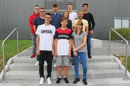 Die neuen Auszubildenden auf dem Ergenzinger Werksgelände von BITZER