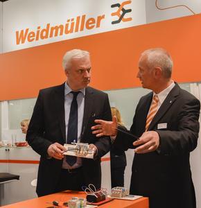 NRW-Wirtschaftsminister Garrelt Duin (li.) im Gespräch mit Arnold Büscher, Geschäftsführer der Vertriebsgesellschaft Weidmüller Deutschland