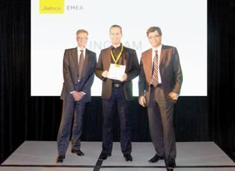 Niels Jørgensen, Senior V.P. CC&O Division GN Netcom (re.) und Mogens Elsberg, CEO GN Netcom (li.) bei der Awardübergabe an Jürgen Kröll, Product Manager Network & Software Group (Mitte) und bei Ingram Micro Ansprechpartner für den Hersteller