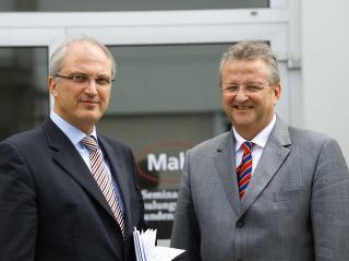 Stephan Gais (l) übernimmt den Vorsitz der Geschäftsleitung Mahr von Thomas Keidel (r), der am 30. Juli 2010 in den Ruhestand tritt