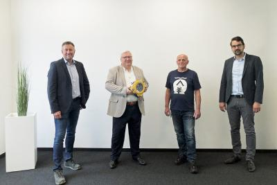Stryker spendet Mitarbeiter der MC-Bauchemie einen Defibrillator, Gruppenbild: Hans-Peter Marten (2.v.l.), Gebietsleiter Norddeutschland bei der Stryker GmbH & Co. KG, Duisburg, besuchte am 16. Juni 2020 die MC in Bottrop und überreichte Mieczyslaw Pacanowski (3.v.l.), Pförtner bei der MC-Bauchemie, sowie Manfred Poersch (1.v.l.), Fachkraft für Arbeitssicherheit bei MC, und Carsten Striepecke (1.v.r.), Bereichsleiter Logistik bei MC, einen Defibrillator.