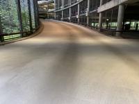 Ein weiteres häufiges Anwendungsgebiet, auf dem sich Epoxidharze einfach substituieren lassen, sind Parkhäuser und Tiefgaragen. Mit NEODUR HE 60 rapid von Korodur wurde innerhalb kürzester Zeit beispielsweise der Boden dieses finnischen Parkhauses erstellt. NEODUR HE 60 rapid ist ein mineralischer, volumenstabiler, hochverschleißfester Schnellestrich