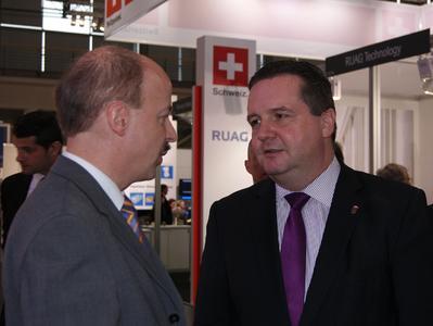 Stv. IHK-Hauptgeschäftsführer Dr. Helmut Kessler und Ministerpräsident Stefan Mappus im Gespräch