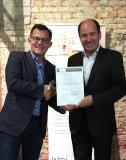 """Martin Hubschneider, Vizepräsident BITMi und Vorstandsvorsitzender CAS Software AG (rechts auf dem Foto), überreicht NovaStors CEO Stefan Utzinger (links) das Zertifikat des Gütesiegels """"Software Made in Germany"""" für NovaStor DataCenter."""