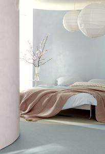 """Der sanfte, feminine Trend """"sensual delight"""" verkörpert mit seinen überwiegend pastelligen, wässrigen Farben plus Rosenrot und Lichtblau eine poetische, überirdische Welt. Sie strahlt spirituelle Ruhe aus. Als Materialien für diese Anmutung bieten sich schimmernde Deco-Lasuren mit Effektpigmenten veredelt und hoch glänzend gespachteltes StuccoDecor DI LUCE an. Sie bewirken mit der zarten Farbwahl eine sphärische Raumanmutung, Foto: Caparol Farben Lacke Bautenschutz/tretford"""