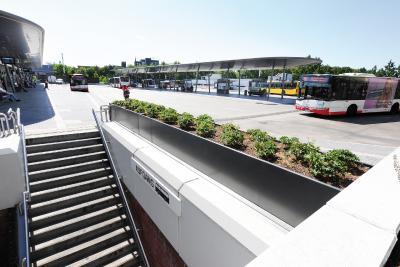An insgesamt fünf Stellen des ZOB wurden maßgefertigte Hochbeete der Firma Richard Brink installiert. Diese dienen nicht nur der Begrünung, sondern besonders an zwei Treppenabgängen als Balustraden-Elemente.