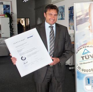 Als erster Bürokommunikationsfachhändler Hessens vom TÜV Nord und Ricoh Deutschland zertifiziert: Bürotechnik Schmitt, vertreten durch Geschäftsführer Jürgen Hess