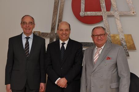 Der marokkanische Botschafter Dr. Omar Zniber (Mitte) in Begleitung von Honorarkonsul Volker Kröning (links) ließ sich in der BLG-Zentrale am Präsident-Kennedy-Platz in Bremen von BLG-Chef Detthold Aden über das Leistungsprofil der Unternehmensgruppe informieren