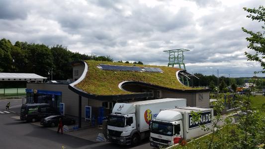 Das geschwungene Gründach verleiht der Autobahnraststätte Beverbach einen grünen Akzent. Quelle: GRÜN+DACH / ZinCo