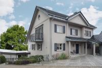 Im Wintergartenanbau (Flachdachgebäude links) wurde der Friseursalon Kempf im Jahr 1993 eröffnet, von Anfang an mit Kosmetik und Mode. Später kam das Zweithaarstudio dazu / Foto: Caparol Farben Lacke Bautenschutz/blitzwerk.de