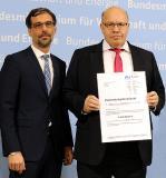Bundeswirtschaftsminister Peter Altmaier überreichte den Förderbescheid an Konsortialführer Dr. Andreas Breuer, Leiter Neue Technologien/Projekte innogy SE.