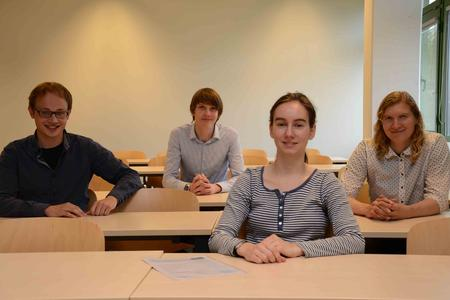 Zertifizierte Softwaretester: (v.l.) Sebastian Brodersen, Daniel Rieckert, Dorothea Zedlitz mit Prof. Dr. Milena Zachow. Foto: Gatermann