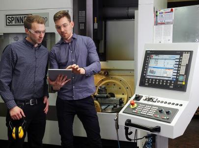 Ludwig Trappe (li.) und Jonas Schulz haben ein Online-System entwickelt, mit dem Unternehmen alle betrieblichen Prozesse des Arbeitsschutzes einfacher im Blick haben / Foto: TUK/Thomas Koziel