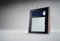 LIVETOUCH QUATTRO verbindet unübertroffene Benutzerfreundlichkeit mit Fingerabdruckbildern hoher Qualität. Unabhängig davon, ob Sie einzelne, zwei oder vier Finger aufnehmen, bietet der integrierte Touch Screen leicht verständliche Anleitungen, welche die Fehlerrate in der Fingerabdruckaufnahme reduzieren und den Aufnahmeprozess verkürzen. Mit seinem äußerst kompakten Design lässt sich der LIVETOUCH QUATTRO mühelos in Erfassungssysteme beliebiger Einsatzgebiete integrieren.