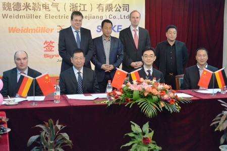 Michael Höing (li., Weidmüller Divisionsleiter Elektronik) und Dr. Martin Ahlfeld (2.v.l. , Weidmüller Syndikus) unterzeichneten gemeinsam mit Victor Wan (3.v.r., Weidmüller President Greater China) den Joint Venture Vertrag mit den Partnern von Shenle