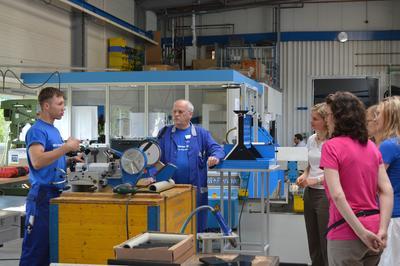 Ein Azubi für den Beruf des Anlagenmechanikers zeigt, welche Aufgaben bei der Vormontage der Anlagen für die Wasseraufbereitung und Abwasserbehandlung zu erledigen sind.