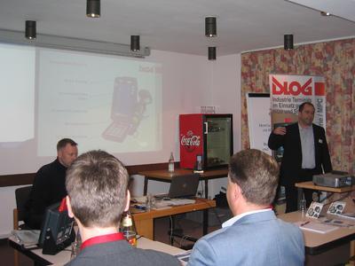 DLoG Fachmann Joachim Huber (rechts) referiert über das kompakte 7-Zoll-Industrieterminal DLoG X7 mit Touchscreen und Windows CE Betriebssystem.