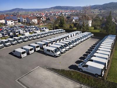 Die fertig mit bott vario Fahrzeugeinrichtungen ausgestatteten Renault Trafic Handwerkermodelle stehen zur Auslieferung bereit