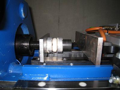 Wie hoch Energieaufnahme und -absorbierung der TUBUS-Spezial Niederhalterdämpfer sind, wurde in Testreihen auf Prüfständen bei ACE ermittelt (Bild- und Grafiknachweise: ACE Stoßdämpfer GmbH)
