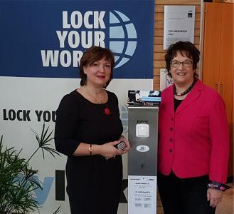 Bundeswirtschaftsministerin Brigitte Zypries und Manuela Engel-Dahan, Geschäftsführerin von Lock Your World GmbH & Co. KG