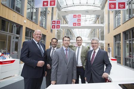 Michael Peters, Mitglied der Geschäftsleitung bei 3M, führte Ken Walsh, neuer Handelskonsul des amerikanischen Generalkonsulats in Düsseldorf und seinen Kollegen Klaus Jonas, verantwortlich für den Bereich Industrial Automation Industry,   durch das 3M Inspiration Lab in Neuss (v.l.n.r. vorne)