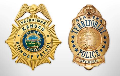 Polizeigeschichte zum Anfassen – Zwei Abzeichen der US-Polizei, Bild: Bayerisches Münzkontor