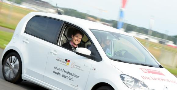 Probefahrten mit Elektrofahrzeugen sind fester Bestandteil der jährlich stattfindenden DRIVE-E-Akademie / Bild: Isabell Massel / DRIVE-E
