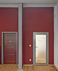 Rote Akzentwände kennzeichnen diese Etage, Foto: Caparol Farben Lacke Bautenschutz/Martin Duckek