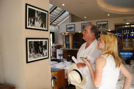 Conde Rudi mit Jackie Weiss im MC Cafe, das eine einmalige Bildersammlung aus den letzten 50 Jahren des Marbella Club zeigt