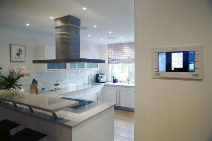 Offene Raumgestaltung im zentralen Wohnbereich. Auch in der Küche ist die Multiroom-Anlage integriert und per Touchpanel zu bedienen