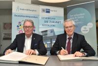 Gerhard Theis, Vorsitzender des Vorstands der StudienStiftungSaar und Dr. Heino Klingen, Hauptgeschäftsführer der IHK Saarland, bei der Vertragsunterzeichnung