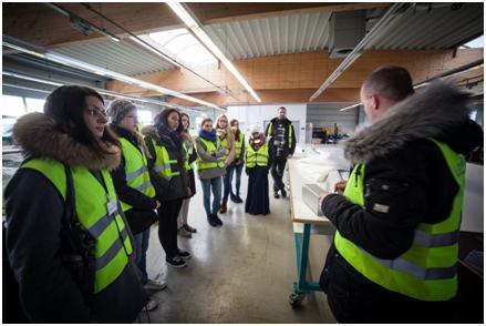 Aufmerksam folgt die Exkursionsgruppe den Erläuterungen von Erik Kübler zur professionellen Planenkonfektion für Zelte mit bis zu 60 m Spannweite.