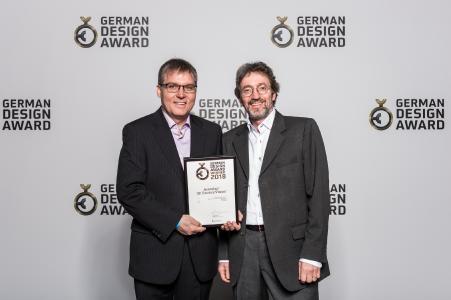 Rudi Zepf (links), Senior Expert R&D Visual Technologies, und Jürgen Lippert, Senior Product Manager Global Marketing Laparoscopy bei Aesculap, freuen sich über den zweiter Design-Preis für ihre 3D-Kameraköpfe / Bildnachweis: Rat für Formgebung/Lutz Sternstein