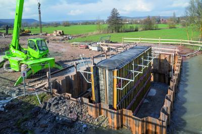 Pour assurer l'avancement rapide des travaux, NOE-Schaltechnik a livré prêt à l'emploi son coffrage de poutre NOEratio assorti des matrices de coffrage NOEplast à l'entreprise Arlt chargée de la construction