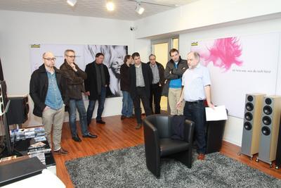 Firmengründer Günther Nubert (rechts) bei der Lautsprechervorführung.