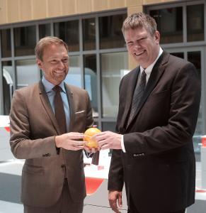 FDP Bundesvorsitzender Christian Lindner und 3M Generaldirektor Dr. John Banovetz im Austausch über innovative 3M Lösungen für die Energiewende (Bild: 3M)