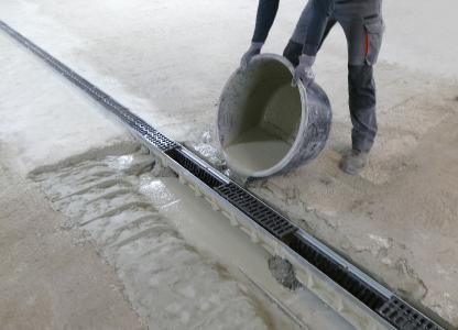 Instandsetzung einer Ablaufrinne in einer Tiefgarage mit Emcekrete 50 A. Der neue, langsam erhärtende Vergussbeton der MC-Bauchemie kann sowohl zum Verguss von größeren Volumen bis 320 mm Schichtdicke als auch als Instandsetzungsbeton gemäß RL-SIB eingesetzt werden.