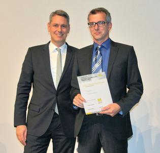 Robert Metzger, Geschäftsführer MunichExpo GmbH überreicht Michael Strehle von ebm-papst die Auszeichnung für den RadiPac.