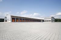 Das neue Umschlagzentrum in Driedorf wird in der Form eines Y gebaut. Dieses Konzept hat sich bereits bei mehreren anderen Standorten, beispielsweise in Herford (siehe Foto), bewährt. Dadurch werden bei gleicher Hallenfläche mehr Ladetore ermöglicht als bei anderen Bauformen