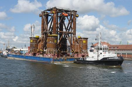 Der BLG-Ponton OFFSHORE BHV 1 beim Transport des Fundaments für die Umspannstation eines Windparks in der Ostsee