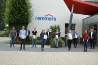 Über den erfolgreichen Abschluss der ehemaligen Remmers-Auszubildenden freuten sich Personalleiter Jürgen Jahn (rechts), Annika Thomes (Ausbilderin Industriekaufleute, 6. v.l.), Andreas Tewes (Ausbilder Chemielaboranten, 3. v.l.) und Maria Lau (Ausbilderin Mediengestalter, 2. v.l.) / Bildquelle: Remmers, Löningen