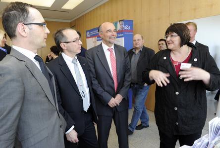 Zu sehen von links: Wirtschaftsminister Heiko Maas, IHK-Vizepräsident Wolfgang Herges und IHK-Hauptgeschäftsführer Volker Giersch beim Messerundgang