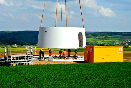 Beginn der Turm-Montage einer Anlage des Windparks Bayerischer Odenwald von Green City Energy