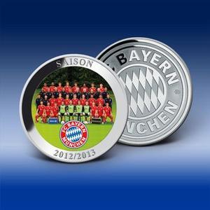 """Die FC Bayern Fan-Prägung """"Saison 2012/2013"""" mit dem neuesten offiziellen Mannschaftsfoto in Farbe. Bild: Bayerisches Münzkontor"""